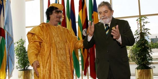 Lula Lybia معمر القذافي Muʿammar al-Qaḏḏāfī tendo seu saco puxado pelo apedeuta